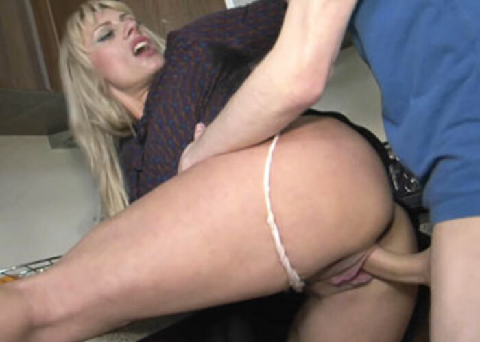 Housewife Brittany fucks a younger guy